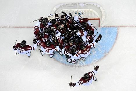 Latvian joukkueella oli aihetta riemuun, kun se yllätti ennakkosuosikki Sveitsin.