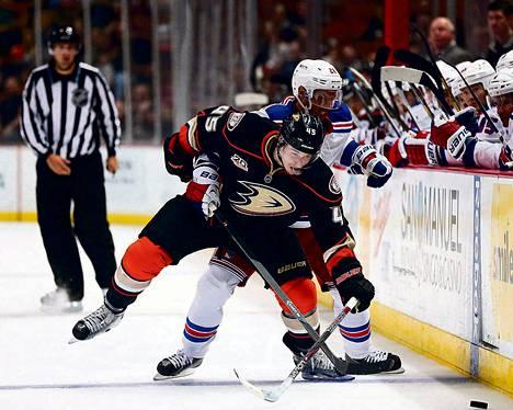 Sami Vatanen (vas.) taisteli Dominic Mooren kanssa NHL-kierroksella.