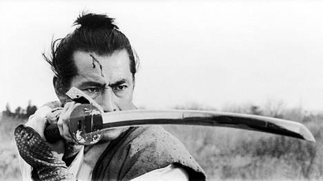 Laskeva aurinko -elokuvan pääroolissa on Toshiro Mifune.