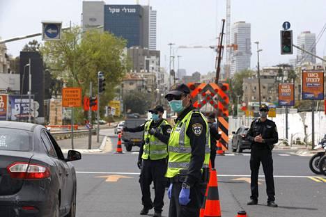 Poliisi partioi Bnei Brakin tiesululla maanantaina. Tel Avivin kupeessa sijaitsevaa viruskeskittymää saartamaan komennettiin tuhat poliisia.