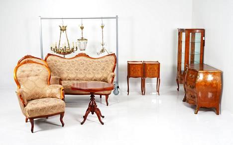 Presidentti Kekkosen vanhaan kalustoon kuuluu sohvaryhmä, lipastoja ja kolme kruunua.