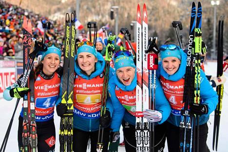 Ranskan viestijoukkue Anais Chevalier, Justine Braisaz, Anais Bescond ja Julia Simon juhlivat Ruhpoldingin viestin voittoa.