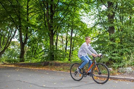 Pyöräillessä saa raitista ilmaa ja liikuntaa. Kuvassa pyöräilee Santeri Menna.