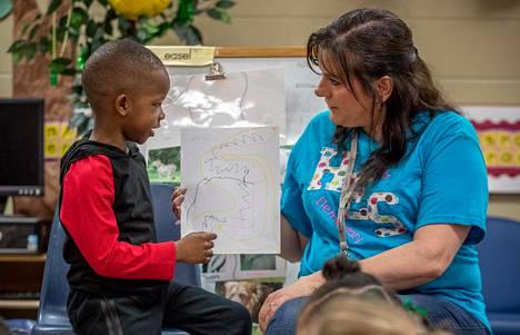 """Ayden Hester esitteli piirustustaan apulaisopettaja Karen Gravesille """"esikoulun esikoulussa"""" Talladegan pikkukaupungissa Alabamassa."""