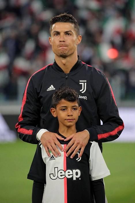 Cristiano Ronaldo Junior astelee isänsä jalanjäljissä kentällä ja sen ulkopuolella. Kuva vuoden 2019 toukokuulta.