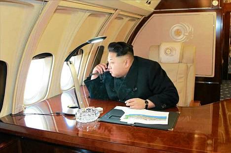Pohjois-Korean valtiollinen uutistoimisto KCNA välitti sunnuntaina kuvan maan johtajasta Kim Jong-unista istumassa lentokoneessa päivää ennen maan entisen johtajan Kim Jong-ilin syntymän muistojuhlaa.