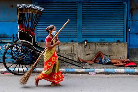 Intian Kalkuttan asukkaat ja yritykset olivat laajoissa karanteeneissa maanantaina koronaviruksen leviämisen estämiseksi. Intiassa on maailman toiseksi eniten koronavirustartuntoja Yhdysvaltain jälkeen.