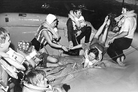 Katastrofiharjoitus kokosi suihkukoneen miehistön kumilautalle urheilutalon uima-altaaseen ottamaan oppia pakkotilanteiden varalle.