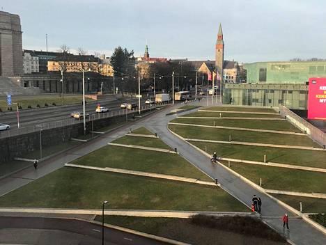 2. tammikuuta: Kiasman ja Musiikkitalon välinen nurmikko vihersi.
