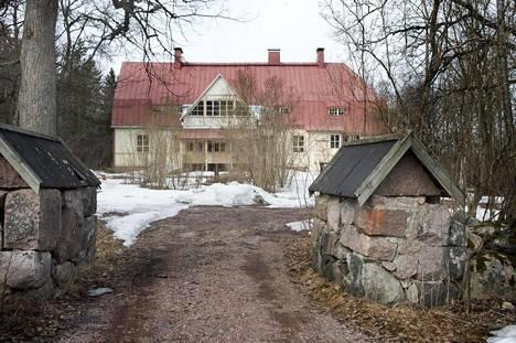 Espoon omistama Åminnen kartano on myös tyhjillään. Rakennus on tulossa jossain vaiheessa myyntiin. Kuva on keväältä 2019.