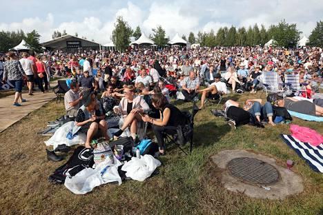 Pori Jazzin yleisö nautiskeli hellesäästä ja musiikista kesällä 2018.