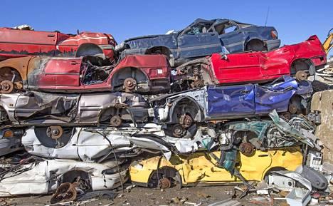 Autoverotuksella on patisteltu suomalaisia viemään vanhoja autoja paalaimeen ja ostamaan tilalle uusia vähäpäästöisiä kulkupelejä. Tuoreen tutkimuksen mukaan autokanta nuortui veromuutosten seurauksena vain vähän.