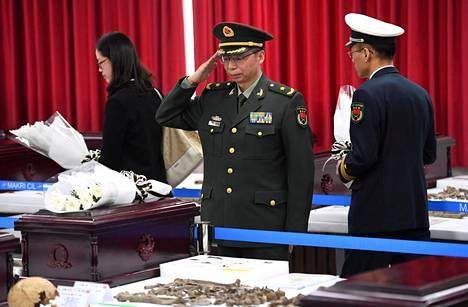 Kiinalainen upseeri teki kunniaa Korean sodassa kuolleen kiinalaissotilaan arkun äärellä maaliskuussa 2018, kun Soulista palautettiin Kiinaan kahdenkymmenen sodan uhrin jäänteitä. Pohjois-Koreaa sodassa tukeneen Kiinan sotilaita arvioidaan kuolleen sodassa satoja tuhansia.