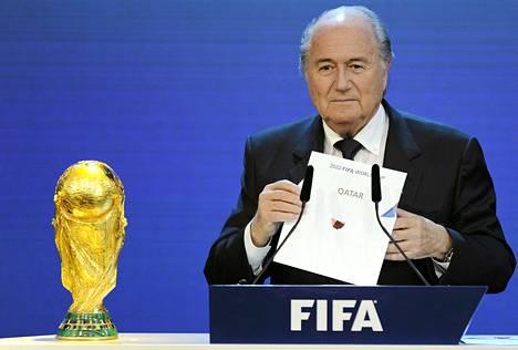 MM-kisojen myöntäminen Qatarille on aiheuttanut paljon kritiikkiä Fifan puheenjohtaja Sepp Blatteria kohtaan.
