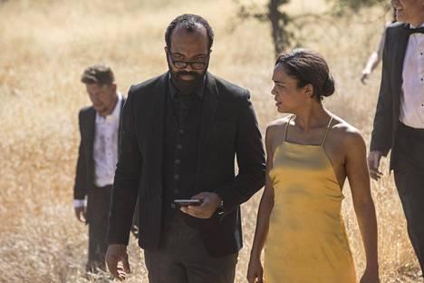 Bernard (Jeffrey Wright, vasemmalla) on Westworldin toisen kauden avausjakson päähahmo.