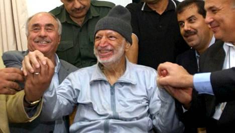 Jasser Arafatia tutki lokakuussa vuonna 2004 Ramallahissa Länsirannalla joukko lääkäreitä Tunisiasta, Egyptistä ja Jordaniasta.