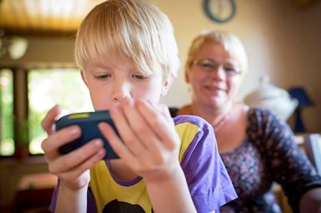 Kolmannelle luokalle menevän Ville Lindgrenin Samsung Galaxy Mini on äidin Tuula Stenströmin tiukassa valvonnassa. Esimerkiksi sovelluksen lataaminen puhelimeen vaatii äidiltä hyväksynnän sähköpostin kautta.