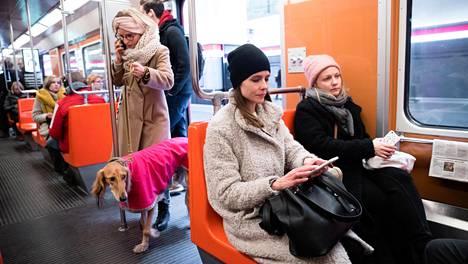 Hanna Haanpään työmatka on pidentynyt 20 minuuttia suuntaansa metro- ja linjastouudistuksen myötä.