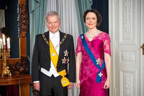 Rouva Jenni Haukio edusti Linnassa samassa fuksianpunaisessa