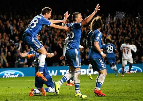 Chelsean pelaajat juhlivat välieräpaikkaa jalkapallon Mestarien liigassa.
