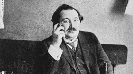 Istuja pitkän illan, Eino Leino (1878–1926) eli kiihkeästi, vanheni varhain ja kuoli 48-vuotiaana.