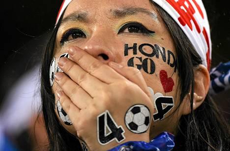 Japanin kannattaja jännitti peliä Kreikkaa vastaan torstaina.