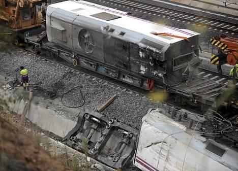 Espanjan junaonnettomuuden tutkimukset jatkuvat. Juna syöksyi kiskoilta 24. heinäkuuta Santiago de Compostelan lähellä.