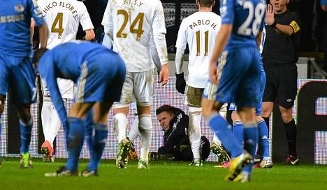 Chelsean Eden Hazardin potkima pallopoika makasi nurmen pinnan Swansean ja Chelsean välisessä ottelussa.