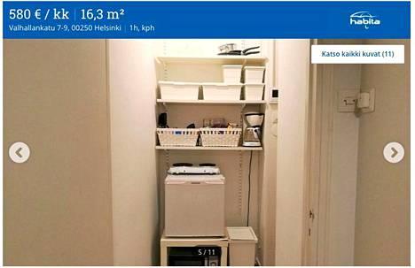 """Taka-Töölössä sijaitsevan yksiön """"keittiö"""" on rakennettu komeroon niin, että uuni, jääkaappi ja keittolevyt on ladottu päällekkäin vaarallisen näköisesti."""