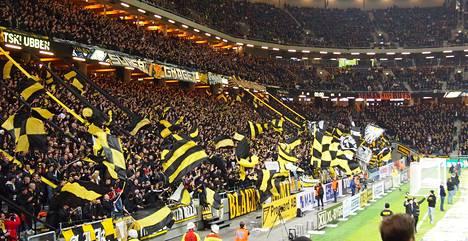 AIK:n kannattajapääty Friends Arenalla on ollut runsaslukuinen jo huhtikuussa 2013 stadionilla pelatusta ensimmäisestä kotiottelusta lähtien.