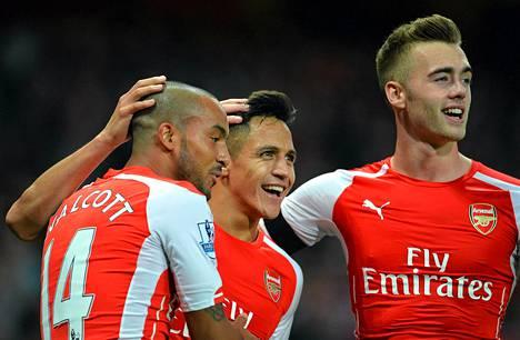 Fifan lisäksi Emirates sponsoroi muun muassa Arsenalia. Lontoolaisjoukkueen Alexis Sanchez (keskellä) juhli pelikaveriensa kanssa maalia Burnleyta vastaan.