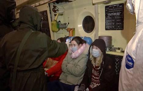 Viranomaiset mittasivat Wuhanista evakuoitujen venäläismatkustajien lämpöjä kuljetuskoneessa 5. helmikuuta. Matkustajat tuotiin Tjumenin alueelle karanteeniin.