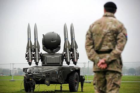 Sotilas Britain's Royal Artillery -rykmentistä tarkastamassa Rapier-ohjustorjuntajärjestelmää, jonka on tarkoitus turvata Lontoon ilmatila olympialaisten aikana.