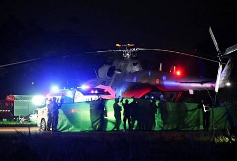 Pelastettuja poikia siirrettiin armeijan helikopterista ambulanssiin Chiang Rain sotilaslentokentällä maanantaina.