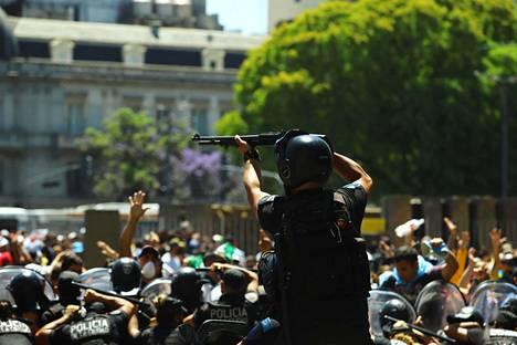 Poliisi yritti hallita väkijoukkoa Buenos Airesissa Argentiinassa torstaina jalkapallolegenda Diego Maradonan muistelutilaisuuden yhteydessä.