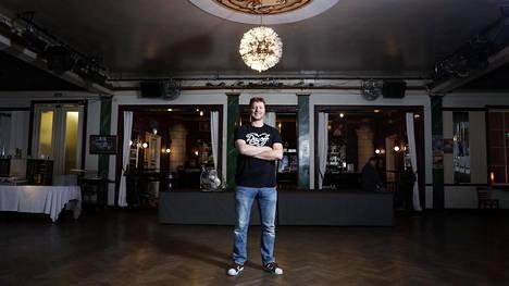 Ravintola Kaisaniemen sali tuli Jaakko Saariluomalle tutuksi jo 15-vuotiaana, jolloin hän esiintyi siellä taikurina.