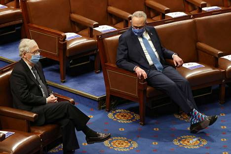 Republikaanien senaatin ryhmän johtaja Mitch McConnell ja demokraattien kollega Chuck Schumer kongressin istuntosalissa 6. tammikuuta.