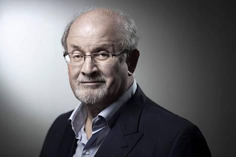 Salman Rushdie eli poliisien erityissuojelussa noin kymmenen vuotta.