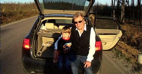 Anton ja Paavo Salonen pääsivät Suomeen konsuli Simo Pietiläisen diplomaatti-Audin peräkontissa. Kuva on otettu illalla 8. toukokuuta 2009 lähellä Vaalimaan raja-asemaa heti rajanylityksen jälkeen.