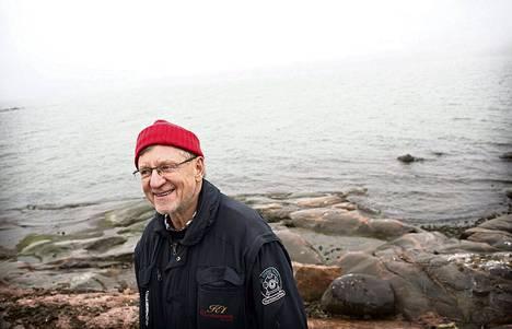 Itämeri on Juha Nurmisen intohimo. Nyt hän ihailee sitä Nimismies-luodolla Kulosaaren edustalla.