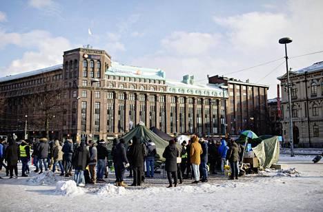 Turvapaikanhakijoiden mielenosoitus Helsingin Rautatientorilla kuvattuna helmikuun lopulla.