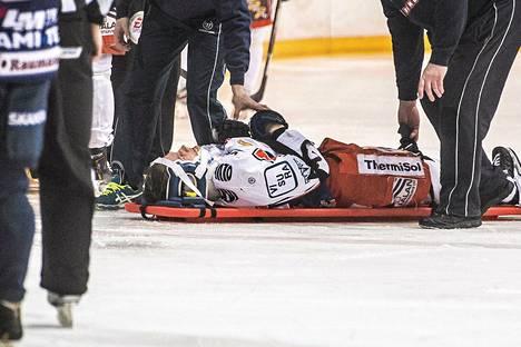Tapparan Pasi Puistola vietiin paareilla kaukalosta Lukon Erik Riskan taklauksen seurauksena SM-liigan seitsemännessä välieräottelussa.