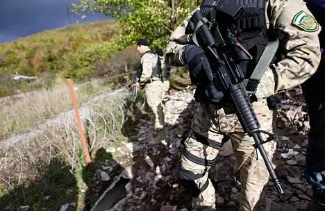 Georgian erikoisjoukkojen sotilaat partioivat lähellä Venäjän asettamia barrikadeja Etelä-Ossetian alueella.