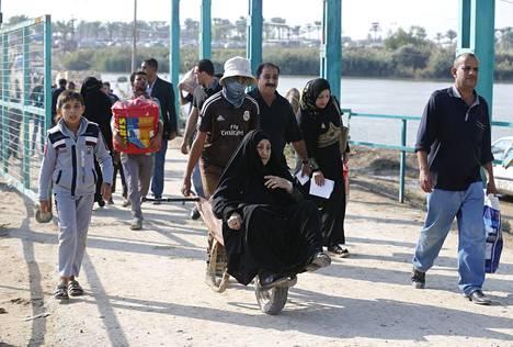 Ramadista paenneet ihmiset ylittivät siltaa Bagdadin liepeillä marraskuun alkupuolella.