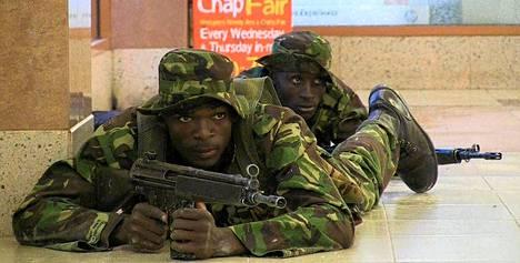 Kenialaissotilaita Westgaten ostoskeskuksessa lauantaina. Kuva uutistoimisto AFP:n tv-lähetyksestä.
