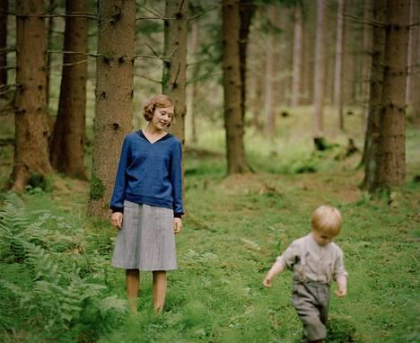 Alba August näyttelee nuorta Astrid Lindgreniä. Kolmivuotiasta Lasse-poikaa näyttelee Marius Damslev.