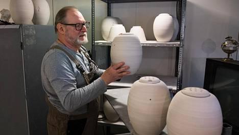 """Ykä ja Marjut Babitzinin valmistamat hautauurnat tehdään alusta loppuun käsin. """"Valmistaminen vaatii voimaa ja tekniikkaa"""", Ykä Babitzin kertoo."""
