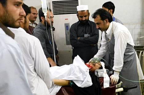 Hyökkäyksessä loukkaantunutta naista hoidettiin sairaalassa Peshawarissa Pakistanissa tiistaina. Nainen työskenteli poliorokotuskampanjassa.