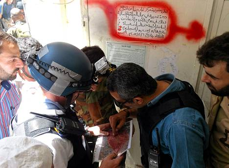YK:n asetarkkailijat tutkivat karttaa Syyrian kapinallisten kanssa Damaskuksessa elokuussa.