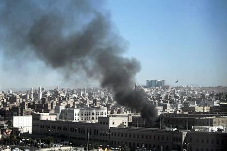 Savu nousi puolustusministeriön rakennuksesta Sanaassa Jemenissä itsemurhaiskun jäljiltä.